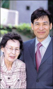 '예술가의 장한 어머니상'시상식장에서 만난 안성기와 어머니 김남현 여사