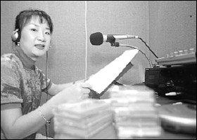 시각장애인 위해 책 읽어주는 봉사활동 하는 주부 박민희