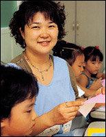 복지관에서 아이들 대상으로 종이접기 가르치는  주부 김수현