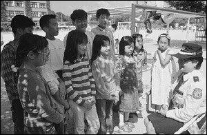 초등학생 등굣길 안전 지도하는 주부 서현숙