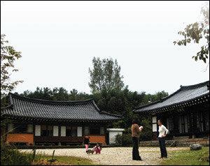 3천5백평 고택(古宅) 지키며 유유자적 사는 강기욱·김진미 가족