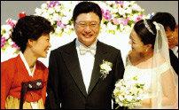 열여섯 살 연하 변호사와 '백년가약' 맺은 박지만 감동의 결혼식 지상중계