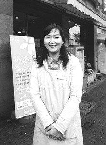 재활용품 가게에서 판매 봉사하는 주부 김은영