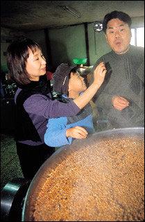 개그맨 김종국 가족의 청국장 만들기 체험