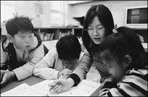 방과 후 공부방에서 봉사하는 주부 김수진