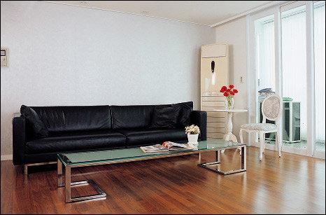 실용성이 돋보이는 편안한 공간 블랙&화이트로 꾸민 모던 하우스