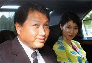 '스킨십' 경영으로 화제, 오는 3월 주총에서 재신임 묻는 SK 총수 최태원·노소영 부부