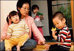 이기진 주부의 '보육원 아기 돌보기'