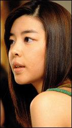 맑은 피부가 돋보이는 김민선의 투명 메이크업