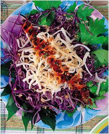 한국식 소스를 곁들인 건강 샐러드