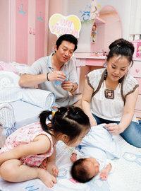 둘째 아이 낳고 웃음꽃 넘치는 탤런트 김형일·한복희 부부