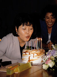 척추암 투병 중인 장영희 교수 위해 생일파티 열어준 가수 조영남