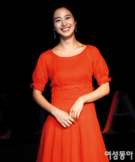 강렬한 붉은빛으로 이미지 변신~ 김태희