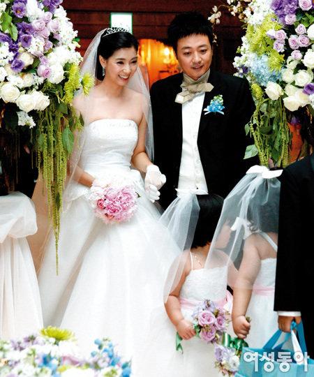 첫눈에 반한 열한 살 연하 사업가와 결혼한 윤다훈