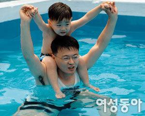 수영장에서 아빠와 신나게 놀아요! 풍덩풍덩~ 시원한 물놀이