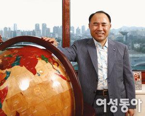 글로벌 기업으로 도약 꾀하는 (주)제너시스BBQ 윤홍근 회장