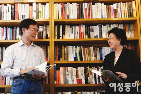 인문학 서점 낸 한명숙·박성준 전 총리 부부