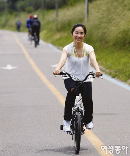자전거와 헬스로  탄력 있는 몸매 가꾸는 탤런트 윤유선
