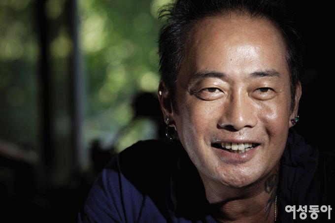 사진가 김중만 6월 24일 자신의 손으로 레게 머리를 잘랐다