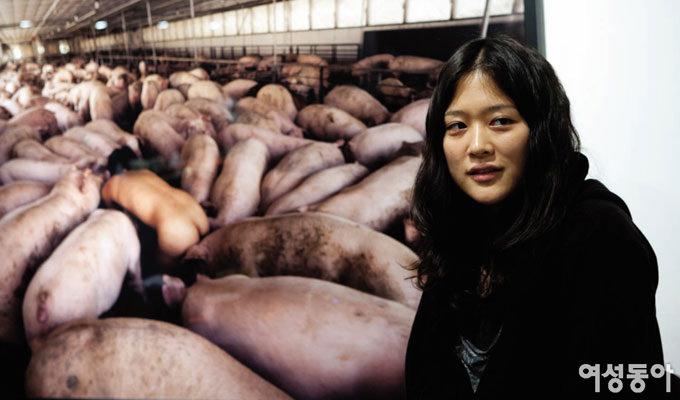 도올의 딸 김미루 파격 퍼포먼스… 돼지와 뒹군 104시간