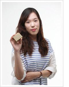 환절기, 민감한 피부를 위한 클렌징 케어! 인턴 에디터 2인의 '녹차 달팽이 비누' 리뷰