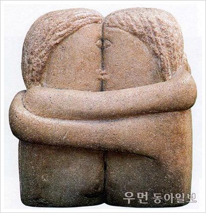 이지현의 아주 쉬운 예술이야기  한 몸처럼 꼭 껴안은 청춘 남녀… 브랑쿠시 '입맞춤'