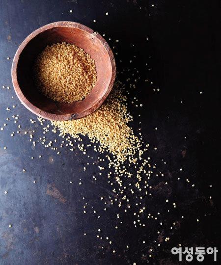 안데스 산맥의 황금 통곡물 키노아