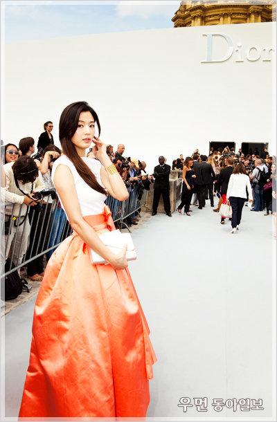 전지현, 프랑스 현지 패션 밀착 스케치!