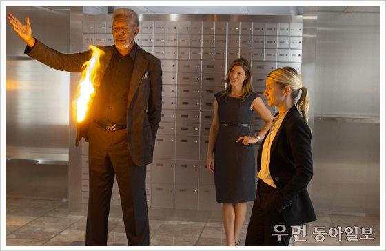 '나우 유 씨 미: 마술사 사기단' 마술사가 은행을 턴다면……