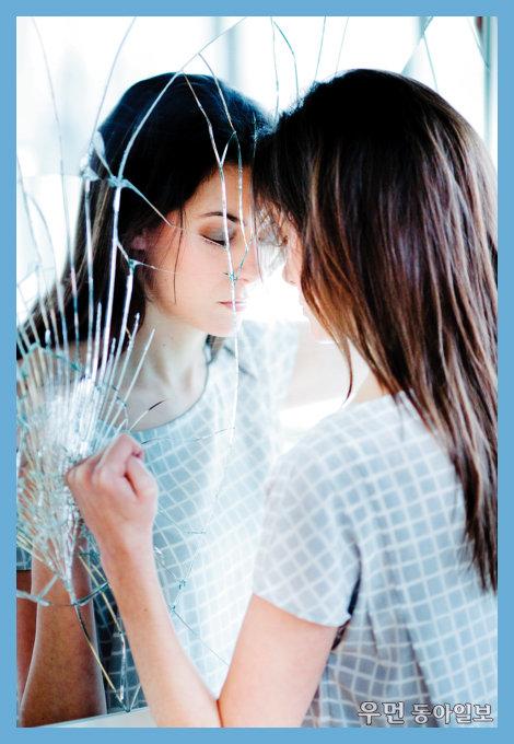 집으로 가는 길을 잃고 거울 속에 숨은 낯선 나를 보는 꿈, 무슨 뜻일까요?