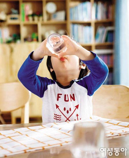 우리 아이 하루 두 번, '신나게 물 마시기' 습관 기르는 코웨이 물쉼표 시간
