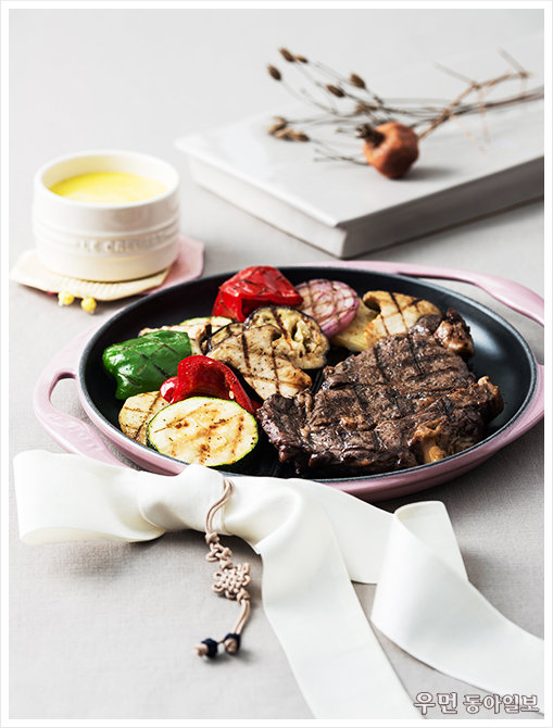 프렌치 키친 '쇠고기립아이그릴구이' 프랑스 셰프 장 폴 보레즈가 제안하는 르크루제 그릴팬 요리