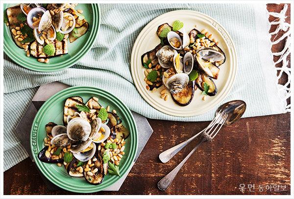밥하기 귀찮은 날 ʻ모시조개가지샐러드' 푸드 스타일리스트 김상영이 제안하는 르크루제 원형 접시 요리
