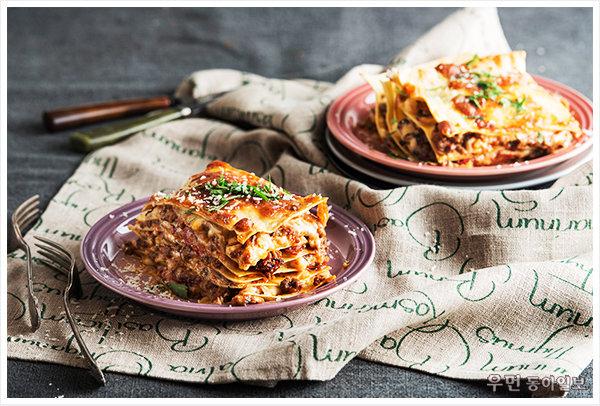 요리의 신 ʻ토마토소스버섯라사냐' 푸드 스타일리스트 김상영이 제안하는 르크루제 원형 접시 요리