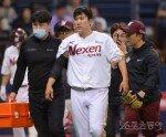 [포토] 김원중에게 헤드샷 당한 후 교체되는 장영석