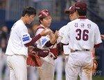 [포토] 김민성 '(안)우진아, 마무리 지은 공은 너에게 줄게'