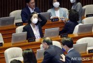 '불체포 특권' 생긴 윤미향, 21대 국회 첫 본회의 출석