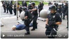 美 '플로이드 시위'서 75세 노인, 경찰에 밀려 쓰러져 출혈