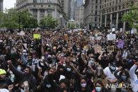 노인 밀치고, 흑인 여성 목 짓누르고…시위에도 끊이지 않는 美경찰 폭력
