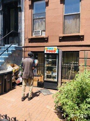"""최악 식량난에 '공짜 냉장고' 등장…""""뉴욕의 참담한 현실 보여줘"""""""