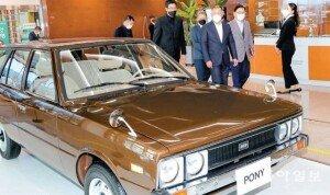 현대차 첫 고유 모델 '포니' 둘러보는 정의선 회장