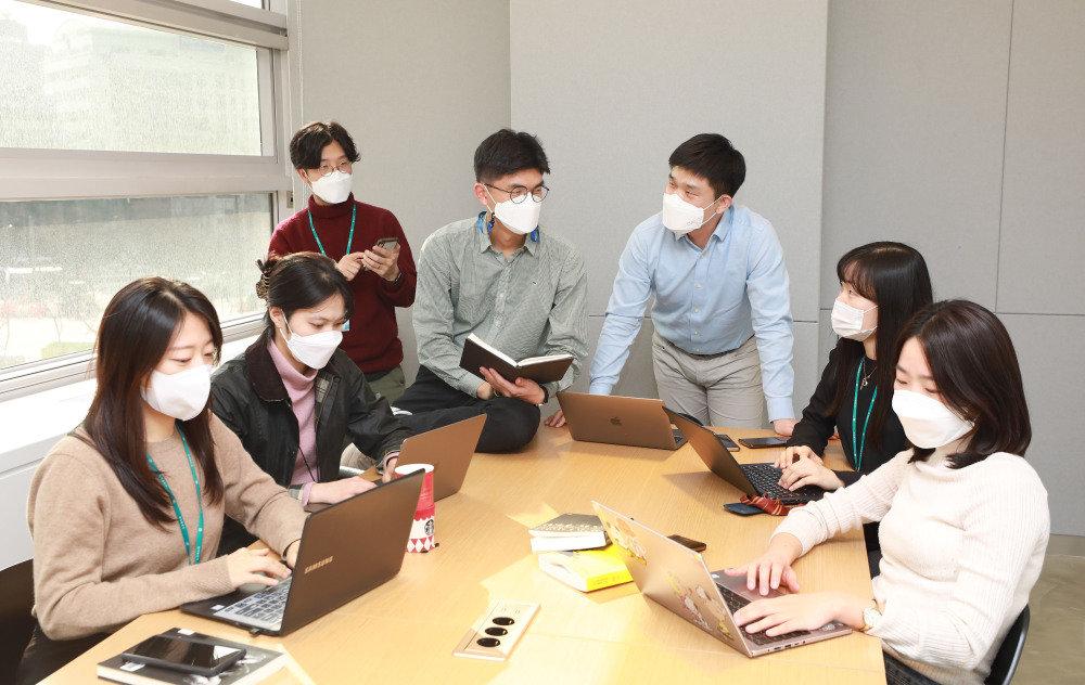 히어로콘텐츠팀 3기 기자들의 회의 모습. 왼쪽에서 네 번째가 필자다.