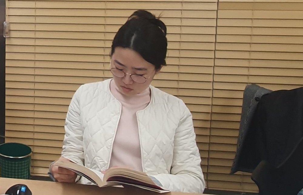 기초 취재 당시 아이돌 관련 책을 읽고 있는 필자의 모습.