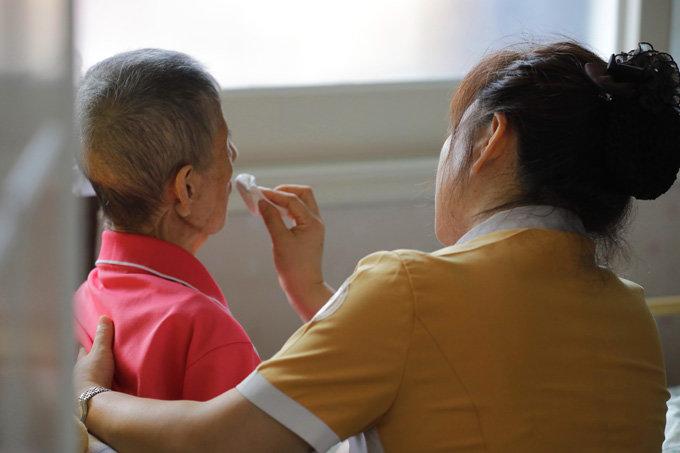 가정형 호스피스 서비스를 받고 있는 말기암 환자 김씨와 충남대병원의 담당간호사 김은숙씨.[박해윤 기자]
