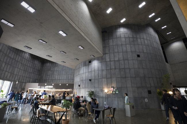 커뮤니티센터 내에는 운영사무실, 강의실, 카페 등이 마련됐다.