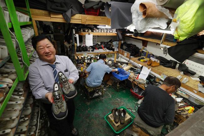 중구 수표로의 송림수제화는 한국 최초로 등산화를 만든 가게다. 송림수제화의 임명형 사장.