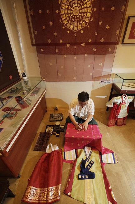 조선 철종 때부터 162년 전통을 유지해오는 한복집, 금박연의 김기호 장인. 종로구 북촌로에 있다.
