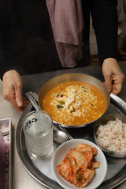을지다방은 지금도 아침 시간에 공기밥과 김치를 곁들인 라면을 판다.