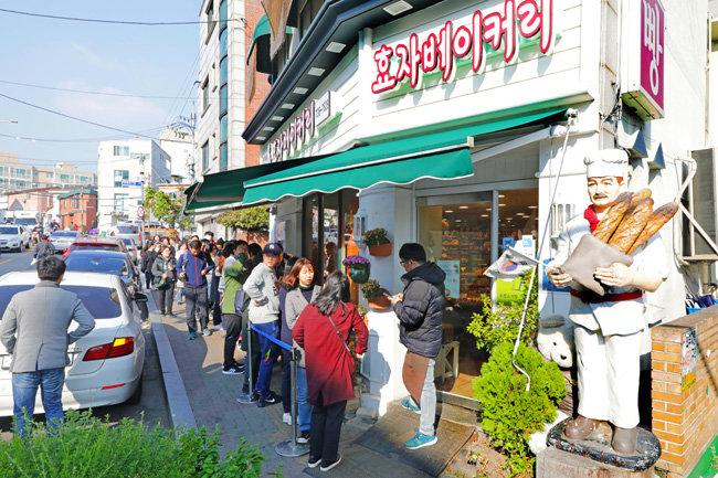 종로구 필운대로 효자베이커리는 인기가 좋아 빵을 사려는 사람들이 줄지어 있을 때가 많다.