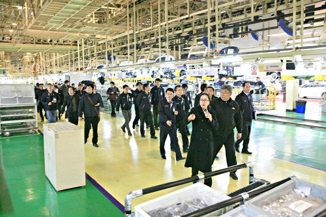 2015년 이상범 씨와 현대차 노사 관계자들이 중국 현대차 공장을 둘러보고 있다.